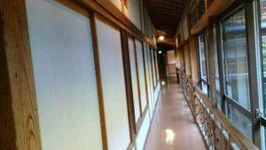 大沢の湯に向かう長い廊下